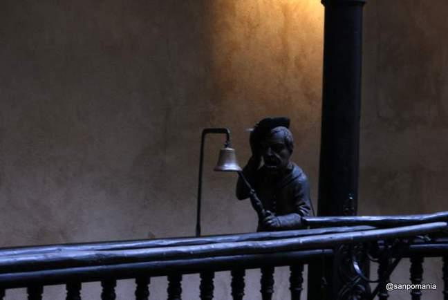 2011/11/13;廊下にある鐘とおじさんのオブジェ