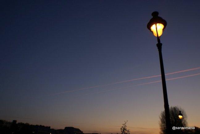 2011/11/19;うっすら空が色づいてきたけどまだ街灯の明かりが恋しい空の色