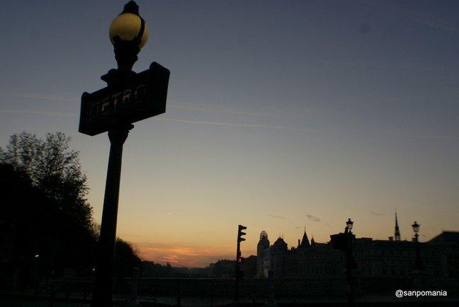 2011/11/19;メトロの看板の明かりは消えています