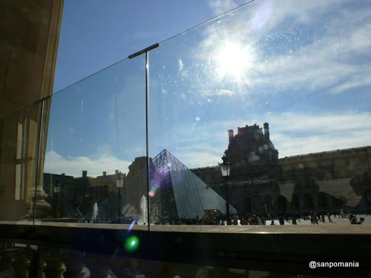 2007/10/22;カフェから見たガラスのピラミッド